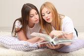 Due amici della ragazza studiare su camera — Foto Stock