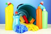 Demet renk arka plan üzerinde temizlik maddeleri — Stok fotoğraf