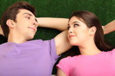 Mladý pár, ležící na zádech doma — Stock fotografie