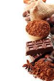 チョコレート菓子、ココア、スパイス、白で隔離されるの組成 — ストック写真