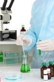 Wetenschapper geleidende onderzoek in laboratorium close-up — Stockfoto