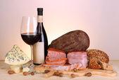 Exquise stilleven van wijn, kaas en vlees producten — Stockfoto