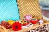 Frühstück im Bett am Valentinstag Nahaufnahme — Stockfoto