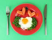 Saucisses en forme de coeurs, oeufs brouillés et persil, sur la plaque de couleur, sur fond de couleur — Photo