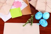 Carta de felicitaciones a vacaciones de semana santa en primer plano de la mesa de madera — Foto de Stock