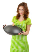 Mladá žena nosí kuchyňské zástěry s pánev wok, izolované na bílém — Stock fotografie