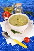 Nutritiva sopa en cacerola rosa en primer plano azul mantel — Foto de Stock