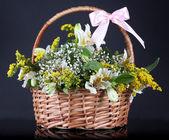 Bukiet kwiatów kosz na czarnym tle — Zdjęcie stockowe