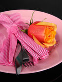 Servi de plaque avec serviette et rose close-up — Photo