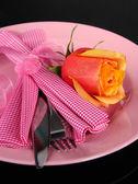 Serviu o prato com guardanapo e rosa close-up — Foto Stock