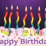 bolo de aniversário com velas em fundo violeta — Fotografia Stock  #23668535