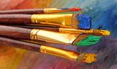 Acrylfarben und pinsel auf holz-palette — Stockfoto
