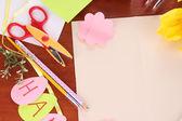 Carta de parabéns para férias da Páscoa em close-up de madeira mesa — Fotografia Stock
