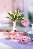 明るい背景に飲むお茶の食卓用食器類 — ストック写真