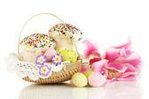 Tortas de pascua con los huevos en la cesta de mimbre aislado en blanco — Foto de Stock