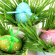 Easter eggs in bowl with grass on table close up - Foto Stock