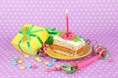 Gâteau d'anniversaire coloré avec des bougies et des cadeaux sur fond rose — Photo