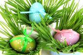 Velikonoční vejce v míse s trávou na stole zblízka — Stock fotografie