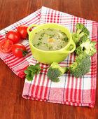 Диета суп с овощами в сковороду на деревянный стол крупным планом — Стоковое фото