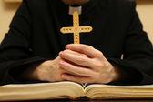 Kapłana czytania z pisma świętego, z bliska — Zdjęcie stockowe