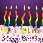 bolo de aniversário com velas em fundo violeta — Fotografia Stock  #23939589