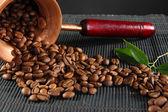 Parlak zemin üzerine Mısır gevreği kahve ve Türk kahvesi makinesi — Stok fotoğraf