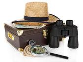 Czarny nowoczesny lornetki z walizki i słomkowy kapelusz na białym tle — Zdjęcie stockowe