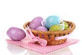 Sepette beyaz izole peçete üzerinde renkli paskalya yumurtaları — Stok fotoğraf