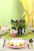 Mesa de pascua sobre fondo de color — Foto de Stock