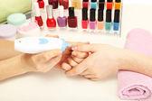 Manicure proces w gabinecie kosmetycznym, z bliska — Zdjęcie stockowe