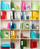 Biały biuro półki z różnych papeterii, z bliska — Zdjęcie stockowe