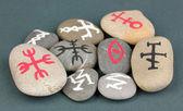 Servet taş gri arka plan üzerinde sembollerle anlatmaya — Stok fotoğraf