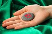 Servet taş yeşil kumaş zemin üzerine el sembollerle anlatmaya — Stok fotoğraf