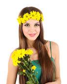 Chica joven y bella en el vestido verde con bonitas flores en la mano, aislado en blanco — Foto de Stock