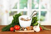 Skład zaprawy, przyprawy, pomidorów i zielony zioła, na jasnym tle — Zdjęcie stockowe