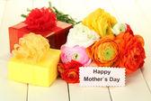 毛茛属 (波斯毛茛属植物) 和礼物给母亲的一天,在白色的木制背景 — 图库照片