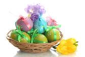 Sepette, üzerinde beyaz izole yay ile parlak paskalya yumurtaları — Stok fotoğraf