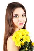 Chica joven y bella con bonitas flores en la mano, aislado en blanco — Foto de Stock