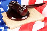 Marteau de juge et de livres sur fond de drapeau américain — Photo
