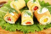 木製のボード上のパプリカとチーズ クリーム卵ロールをクローズ アップ — ストック写真