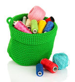 多彩纱针织用绿色购物篮孤立在白色中 — 图库照片