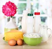 Zuivelproducten en eieren op tafel in de keuken — Stockfoto