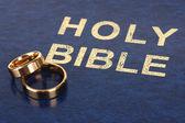 Obrączki na biblii — Zdjęcie stockowe