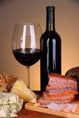 Squisito still life di prodotti di carne, formaggio e vino — Foto Stock