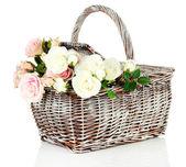 Cesta de piquenique com flores, isolado no branco — Foto Stock