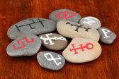 Servet taş ahşap zemin üzerinde sembollerle anlatmaya — Stok fotoğraf