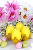 Bougies de pâques avec des fleurs gros plan — Photo