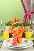 色の背景上のイースター テーブルの設定 — ストック写真