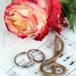 Treble clef, roses and wedding rings on musical background — Foto Stock