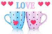 两个杯子和茶叶袋与孤立白底红色心形标签 — 图库照片